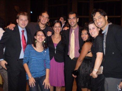 """Hum... Menino de paletó, Mauricio, Isabel, Daniel, """"duas meninas de preto"""" e Thiago (todos que eu disse o nome brasileiros). Ah! E eu de azul (e brinco do Brasil da """"Feirinha de Boa Viagem""""). Clique na imagem para ampliar."""
