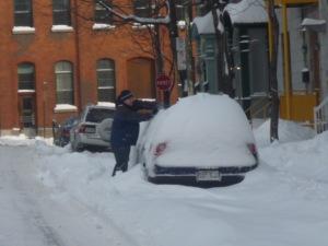 """Homem """"desenterrando"""" o carro coberto de neve. Montreal, Segunda-feira, 22 de dezembro de 2008."""