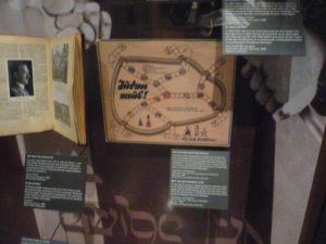 """Detalhe para o um dos jogos de tabuleiros mais comuns da época, """"preferido"""" não apenas das crianças como também dos pais dedicados a passar mais tempo com os filhos. Desenvolvido por nazistas, o objetivo do jogo é expulsar os judeus da Alemanha.ra"""