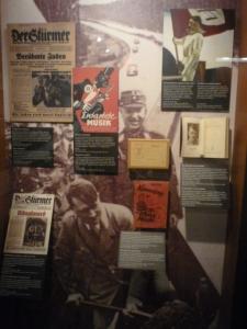 Propaganda Nazista. Detalhe para o pôster que consegue simultaneamente denegrir a imagem do negro e o jazz (macaco com saxofone) e o judeu (estrela na lapela).